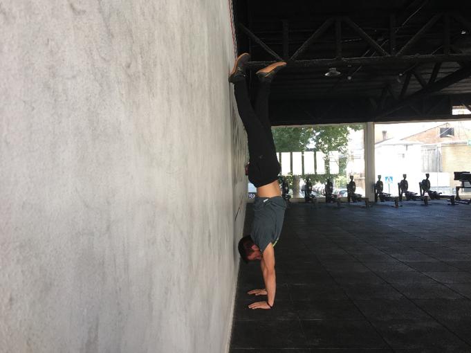 Handstand Hold con ayuda erróneo. Perdida de la alineación